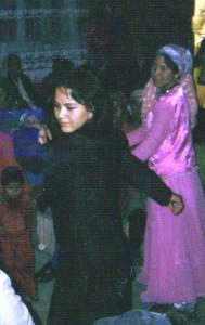 結婚披露宴で踊る娘(ヤルカンド郊外の砂漠郷)