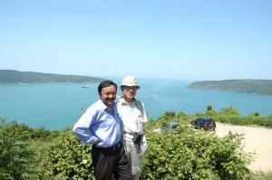 黒海を望むボスポラス海峡北端でエリキン氏と筆者(2005年)