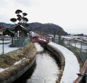 歓喜寺前を流れる大堰(高木島用水路)
